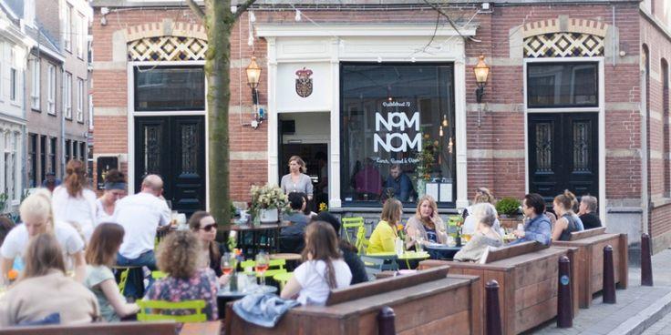 NOM NOM | Deze borrel bar, die zich trouwens ook perfect leent voor de lunch en shared dining in de avond, zit misschien wel in het leukste pandje van de stad. De keuken brengt gerechten van over de hele wereld, maar de producten komen louter van leveranciers uit de buurt. Als koffieliefhebber kan ik jullie ook verklappen dat ze bij NomNom Bocca Coffee serveren en daar wordt natuurlijk iedereen blij van. | Postelstraat 79, 's-Hertogenbosch | Via @Elleeten.nl