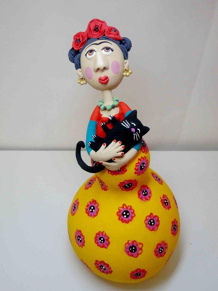 bonecas de cabaça, estruturadas em arame e papel marche, <br>produzidas manualmente pela artista Roberta Caldeira.