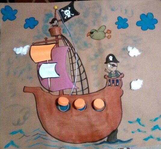 Barco pirata con material reciclado, algodón, hojas, foamy, tapas de garrafón, cartón de rollo de papel de baño, listón