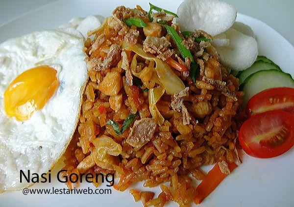 """NASI GORENG stammt aus Indonesien und ist weltweit ein bekannterer Name für ein asiatisches Reisgericht. """"Nasi"""" steht für Reis und """"Goreng"""" bedeutet gebraten. In Indonesien wird Nasi Goreng als vollständige Mahlzeit serviert. Sei nicht überrascht, wenn du bei einem Urlaub in Indonesien Nasi Goreng zum Frühstück serviert bekommen ;-) Mein Mann hat früher darüber gelacht. Nasi Goreng....zum Frühstück?? ha ha! Na ja typisch Indonesisch!!. Natürlich kannst du Nasi Goreng nach Lust und Laune…"""