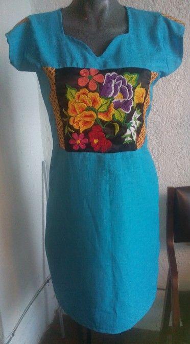 Vestido con flores tejidas a mano con gancho.  DISPONIBLE para venta. Teléfono 9512328987