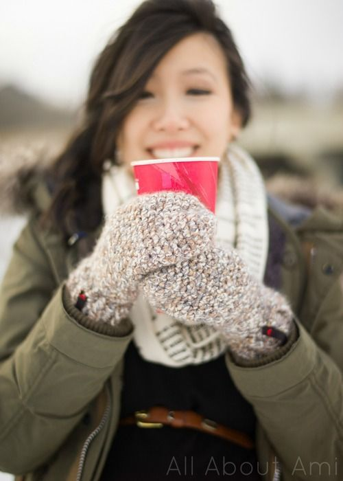 All bout Ami: Cozy Crochet Mittens - Free Pattern by Stephanie Jessica Lau. Chunky yarn.