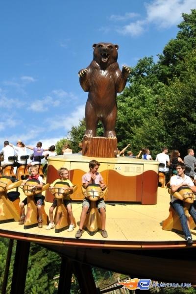 8/8 | Photo du Roller Coaster Le Grizzli situé à Nigloland (France). Plus d'information sur notre site http://www.e-coasters.com !! Tous les meilleurs Parcs d'Attractions sur un seul site web !! Découvrez également notre vidéo embarquée à cette adresse : http://youtu.be/LM94OlVKRHY