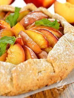 Che sorpresa questa Crostata alle pesche! Un dessert davvero inusuale, ottimo per i momenti in cui si ha voglia della freschezza della frutta di stagione