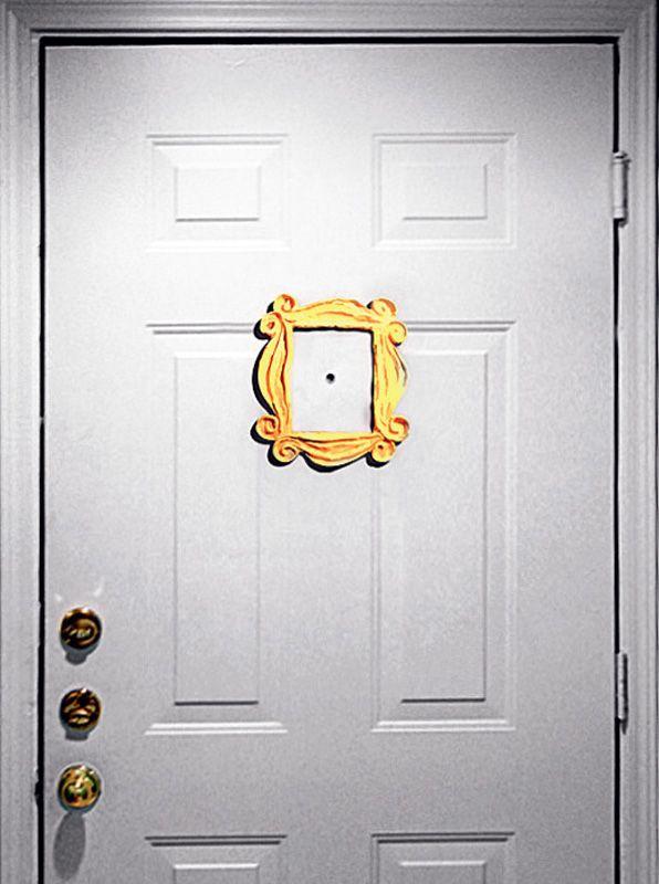 Quem assistiu ao famoso seriado americano Friends recorda-se da porta do apartamento de Monica, com uma moldura amarela em volta do olho-mágico – este adesivo (20 x 21 cm) imita o adereço. O Segredo do Vitório , R$ 29