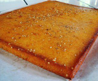 quesadilla salvadorena 2 Tzs. de queso rallado duro blando 2 Barras de Mantequilla 1/4 Crema 4 huevos 1/2 Tza. de harina de trigo 1 1/2 Tza. de harina de arroz 2 Tzs. de azúcar. Semillas de ajonjolí para adornar.