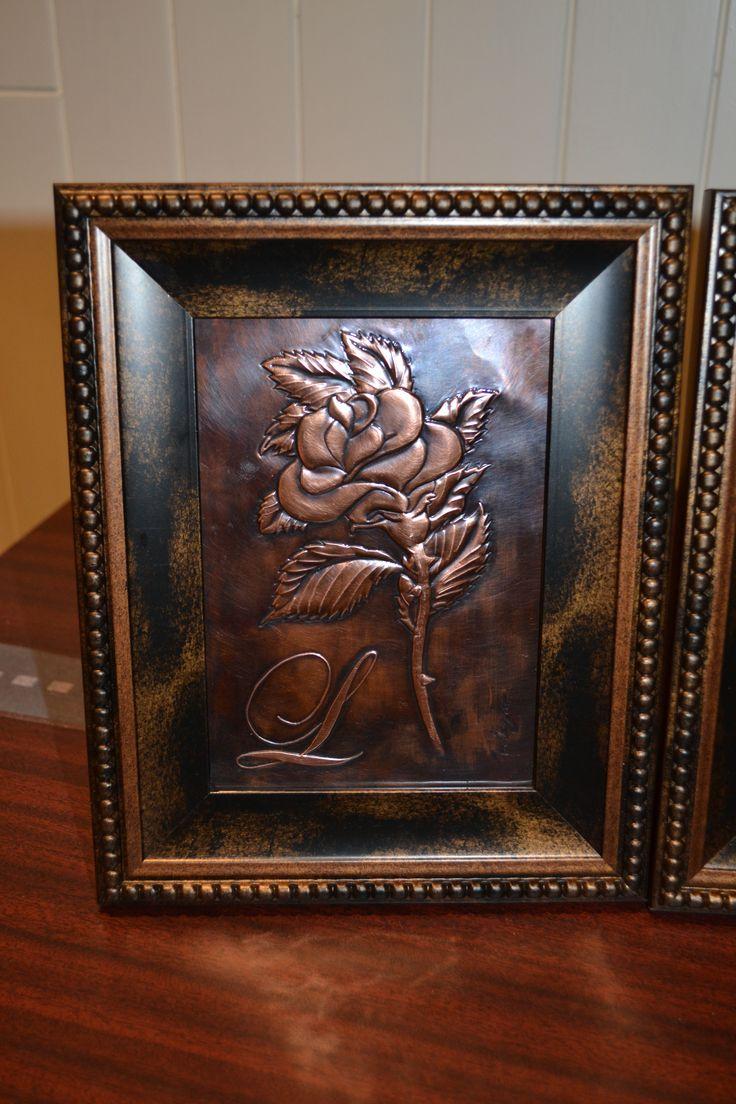 Rose in copper repoussé with letter ''L'', Rose en cuivre repoussé avec lettre ''L''