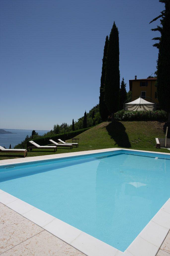 Schwimmbad mit Blick auf Villa Sostaga