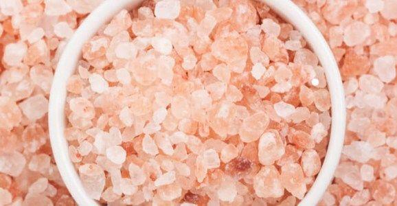 Růžová himálajská sůl je jednou znejčistších a nejužitečnějších solí, která je na naší planetě aktuálně kdispozici. Je možno jí použít nejen jako dochucovací prostředek vkuchyni, ale také kdekoliv jinde. Má spoustu skvělých nutričních vlastností a také umí posílit lidské tělo. Doporučená denní dávka sodíku Podle the US Dietary Guidelines je doporučená denní dávka 2300 miligramů …