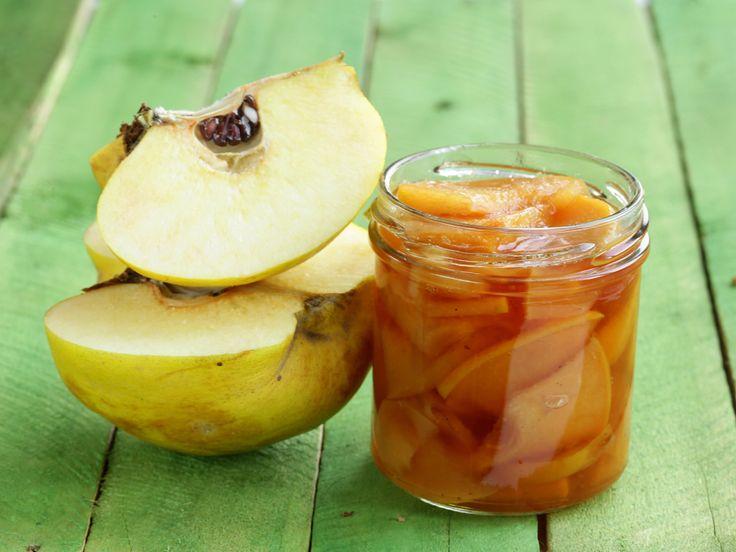 Gibt es etwas Schöneres, als mitten im Winter ein Glas aus der Vorratskammer zu holen, es mit einem Klacken zu öffnen und vanillig-zimtige Quitten daraus zu naschen? Natürlich können Sie das Kompott auch toll zu Waffeln, Pfannkuchen oder Kartoffelpuffern reichen. Guten Appetit! http://www.fuersie.de/kochen/special-einmachen/artikel/rezept-quittenkompott-einkochen