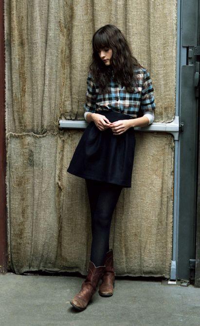 黒スカートにチェックシャツとショートブーツ