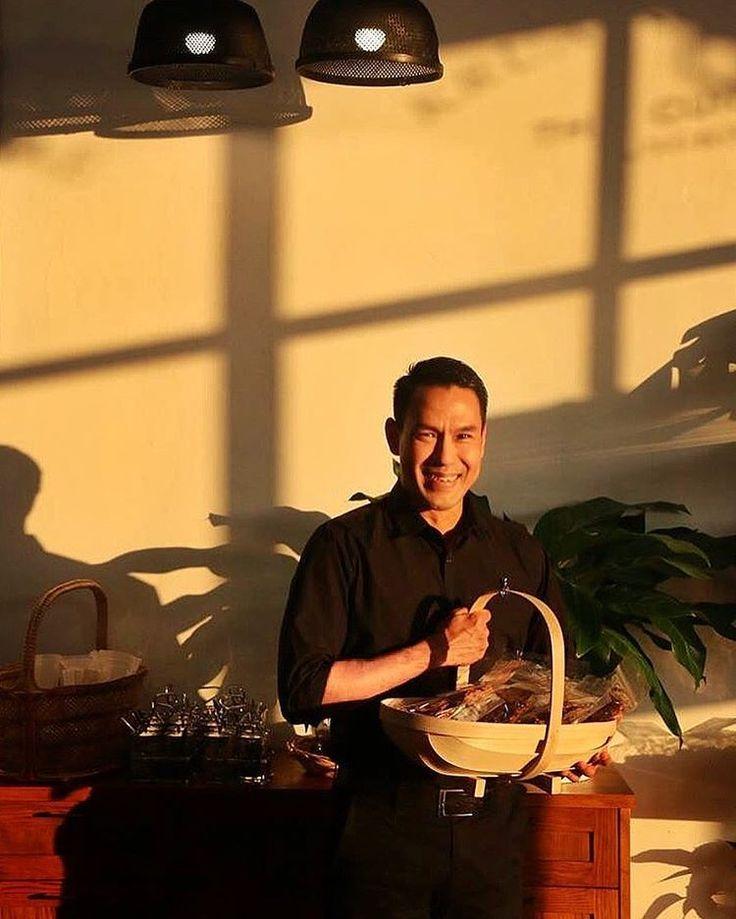 แจกฟรี จะมีใครสนมั้ย??? #thaiguys #bangkok #thailand #sunset #goldenlight
