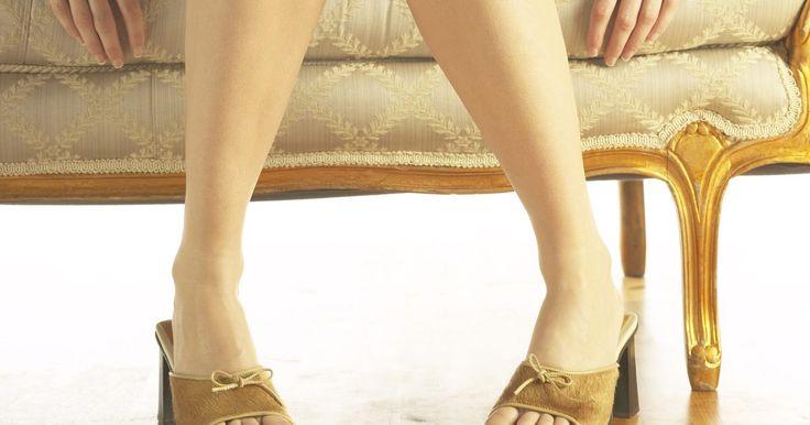 Cuál es la mejor forma de deshacerse del mal olor en los zapatos. A nadie le gusta los zapatos olorosos, pero a veces es inevitable, incluso para las damas que se toman todos los cuidados para mantener sus piecitos limpios y frescos. Si has estado corriendo todo el día con tus zapatos, y se encuentran un poco apestosos, no te preocupes. Puedes deshacerte de ese olor desagradable enseguida.
