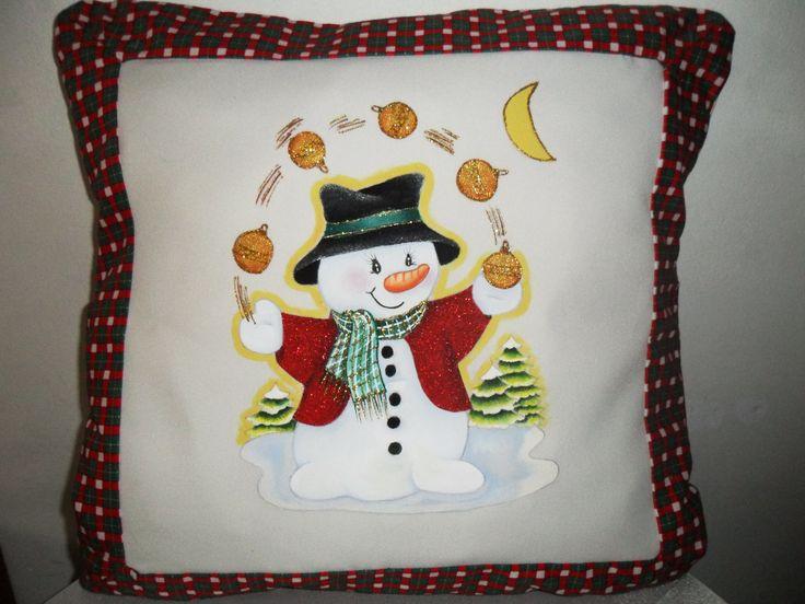 cojin navideño pintado a mano sobre tela