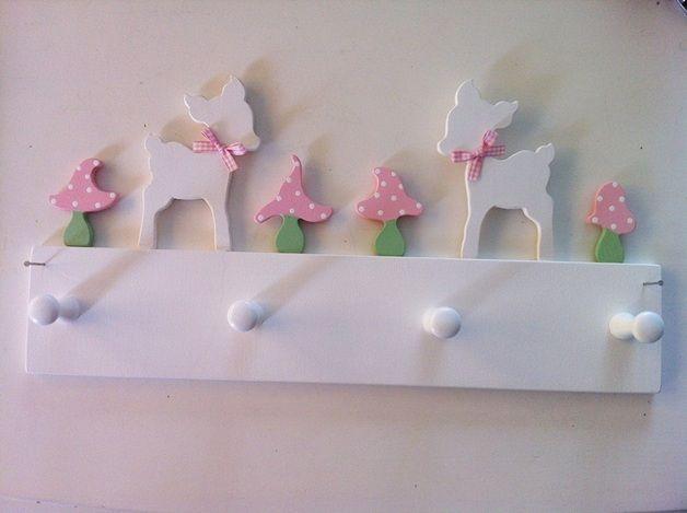 Diese süße Garderobe mit 4 Haken lässt kleine oder große Mädchenherzen höher schlagen. :)  Sie wird mit zwei Nägeln an der Wand befestigt (Nägel werden mitgeliefert). Auf Wunsch können wir auch...