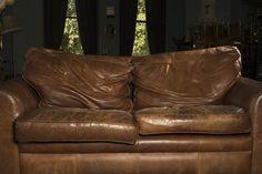 Como consertar um sofá de couro que está descascando