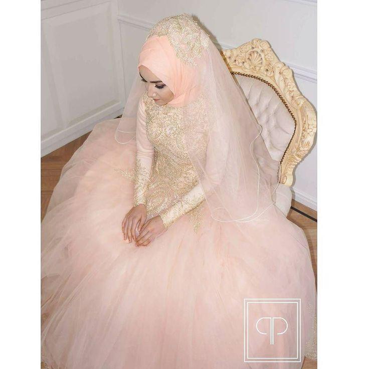 HijabStyling by PinkMeUpStudio My beautiful engagement Bride Betül tekrar mutluluklar dileriz #creative #details #accessories Gelecekteki türbanlı gelinlerimiz hayatınızın en özel gününde gelinliğinizin yanında türban modelini secmekte kararsızsaniz yüz şeklinize uygun model belirlemek icin doguru karar vermenizde ve bunun yaninda türban modelini güzel göstermesi icin doguru kumaşı secmenizde yardimci oluyoruz. _________________________ Hijab by @nurcan_hairandhijabstylist #studio…