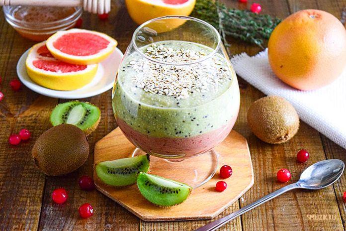 Двухслойный смузи-завтрак из фруктов и овсянки