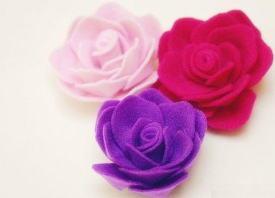 Aprenda a seguir como fazer rosas de feltro passo a passo, para decorar qualquer peça ou qualquer lugar. Faça as rosas com a cor de sua preferência ou com o feltro que você já tenha em casa, para economizar. Rosas de Feltro Passo a Passo Para fazer este lindo e versátil artesanato você irá precisar …