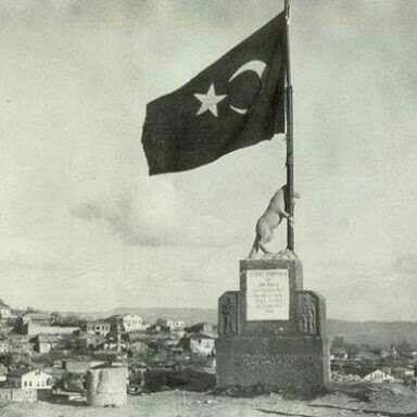 Atatürkün emri ile kahramanmaraşa dikilen Türk bayrağini tutan Bozkurt heykeli
