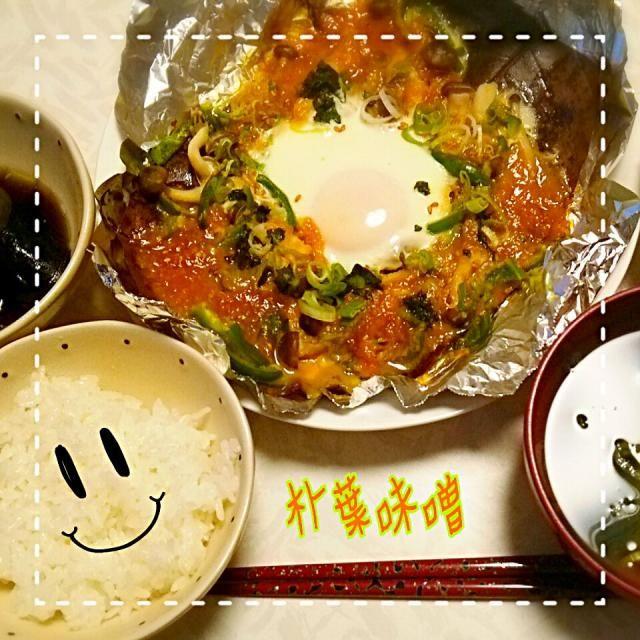 他に*ナスとピーマンの煮浸し、豆腐とワカメのお吸い物、今日からお米は、つや姫♪  朴葉味噌は*しめじ、玉ねぎ、ピーマン、ねぎ、たまごを具にしました!! 朴葉の葉を水に浸すのを忘れると風味が出にくいので、忘れず一時間くらい浸すといいですよ♪  #朴葉味噌 #飛騨高山 #つや姫 - 5件のもぐもぐ - 高山旅行土産の朴葉味噌♪ by しずかちゃん
