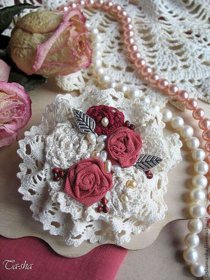 «Rose Garden» бохо брошь из ткани цветок Солнечный итальянский дворик, сад с плетистыми розами, благоухание и аромат разносятся по округе. Представляю вашему вниманию очень нежную брошь из ткани и кружев в виде букетика роз. Все розочки в этой броши выполнены отдельно, несколько миниатюрных цветочков собраны в одну нежную красивую композицию. Две розочки в броши выполнены из натурального льна. Для этой броши я выбрала лен очень красивого цвета, он находится в тренде уже который сезон.