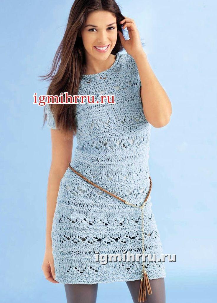 Голубое узорчатое платье с короткими рукавами. Вязание спицами