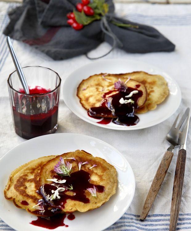 Den danske natur bugner af gratis råvarer lige nu. Så skynd dig ud og samle, og forvandl dem til dejlig mad. Vi inspirerer dig med opskrifter til sund brunch f.eks. med amerikanske pandekager og grøn juice.