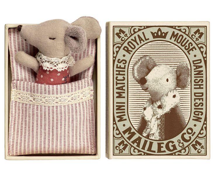 Boîte d'allumettes souris Maileg.  Dans leur petite boîte qui leur sert de lit d'appoint, ces bébés souris Maileg, bien au chaud dans leur nid d'ange en tricot,  partageront avec tendresse les secrets de votre enfant...  Il existe toute une collection autour de ces souris.  Design Danois.