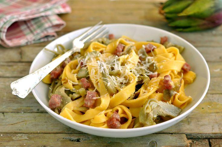 Le Tagliatelle con carciofi e pancetta sono un primo piatto semplice dal gran gusto. Un piatto unico semplicissimo e davvero sfizioso