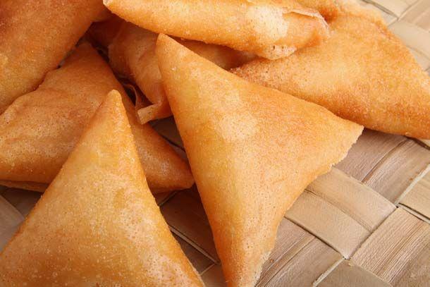 Chicken Samosa - http://hotindianrecipes.com/recipe-items/chicken-samosa/