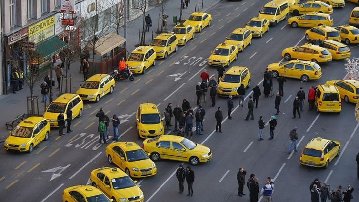Taxi drivers in Budapest protesting against Uber. January 2016. (Reuters/Scanpix)