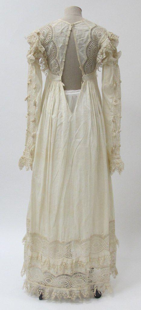 Платье из белого хлопка и льна, украшенное отделкой прорезной гладью. Предположительно Англия, 1815-20 гг. Собрание музея Метрополитен.