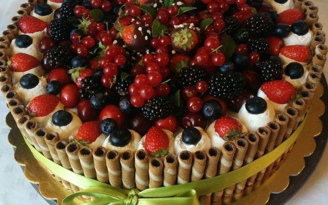 Torta delizia di frutta estiva Se siete amanti delle torte fresche e goduriose, la torta delizia di frutta è la ricetta che fa per voi. Si tratta di una base di pan di spagna ammorbidito da una bagna fresca. #torta #cremaallimone #delizia #dolce