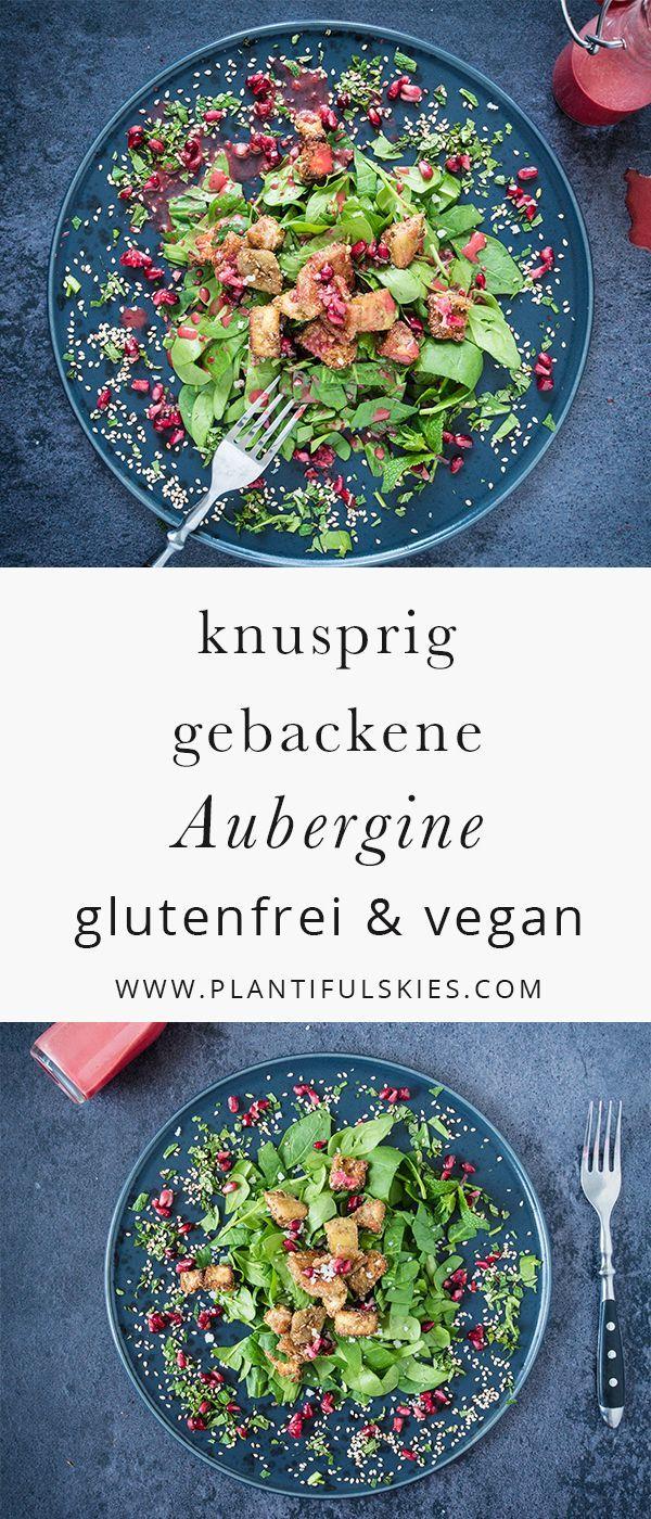 Knusprig gebackene Aubergine auf Granatapfelsalat. Eine leichte, glutenfreie und vegane Mahlzeit, perfekt für den Frühling.