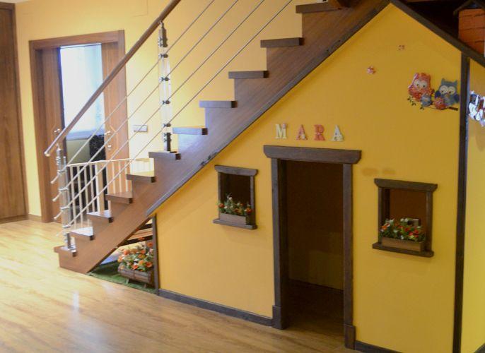 Casita de madera bajo escalera para casa particular for Bajo escaleras de madera