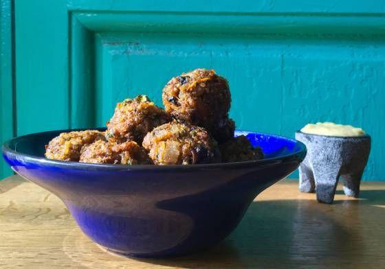 Boniato, calabaza, setas, quinoa y arroz son la base de unas albóndigas veganas tiernas como los mofletes de un bebé. Mojarlas en all i oli de manzana asada redondeará una experiencia otoñal completa.