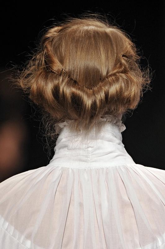 cheveux enroulés à l'arrière