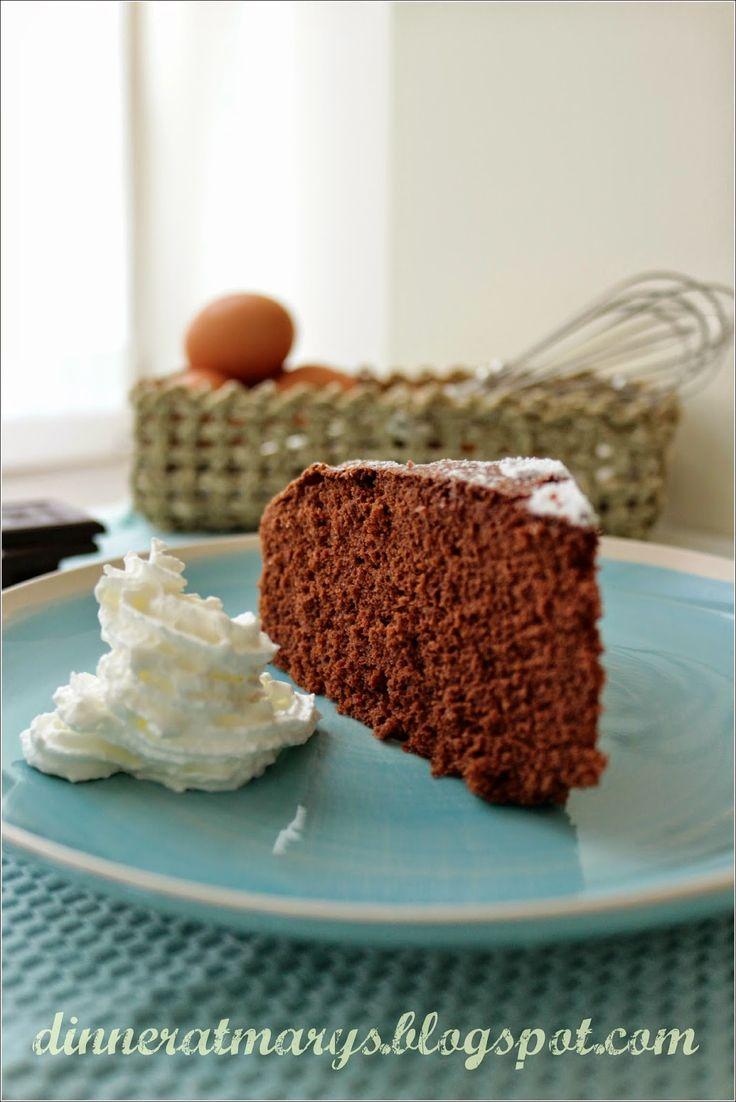 Guardando l'elenco dei dolci mi sono accorta che mancava una ricetta di torta al cioccolato. Ahhhhhh, come è potuto accadere che una maniac...