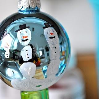 Baie oulike idee vir Kersfees: Handafdruk van 'n kind op 'n Kersboombal verander in sneeumanne.