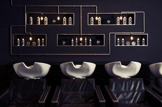 Best Before 2065 signe le design graphique et le design intérieur du salon de coiffure ZIC Hair Studio, à Gênes.  Un beau travail de branding comprenant le logo, les cartes de visite, les produits, les goodies et le site web et un ouvrage, tout aussi réussi, côté design intérieur du salon. Du bois, de la récup, de beaux fauteuils de barbier, un style industriel pour un rendu chaleureux et trendy.