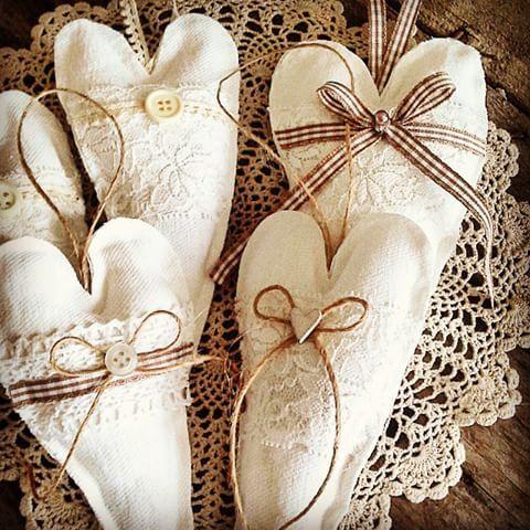 Tuoksuvia pehmosydämiä tuli tehtyä. #pehmosydän #pitsi #ruutunauha #juuttinaru #nappi #helmi #kelapöytä #pitsiliina