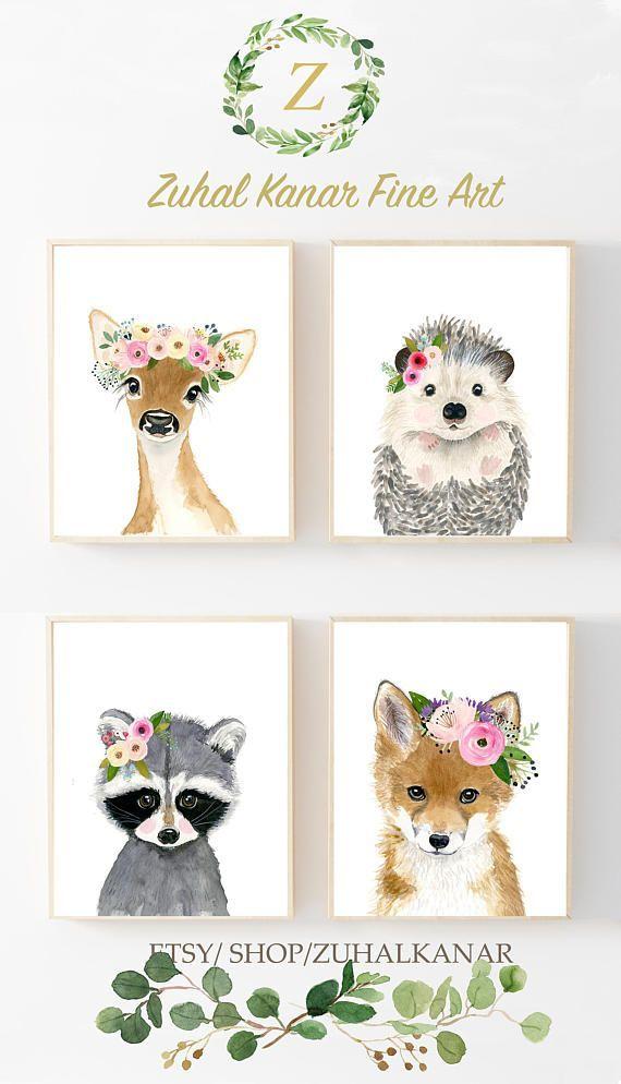 Diese Tierdrucke kennzeichnet eine Sammlung von 4 Drucken meiner mit Blumen gekrönten Tierwandkunst. Die Sammlung umfasst Porträts von Hirsch, Waschbär, Fuchs und Igel. Wenn Sie jedoch eines von ihnen gegen ein anderes Stück austauschen möchten