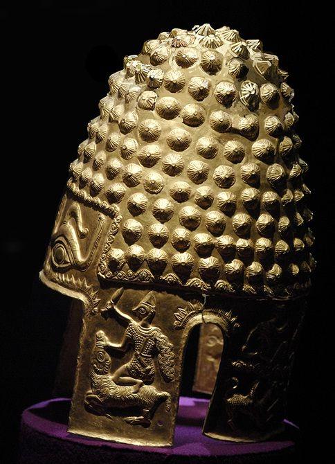 Pe coiful de la Coţofeneşti, cârlionţii sunt executaţi într-o manieră stilizată, însă şirurile paralele sunt, de asemenea, clar sugerate.