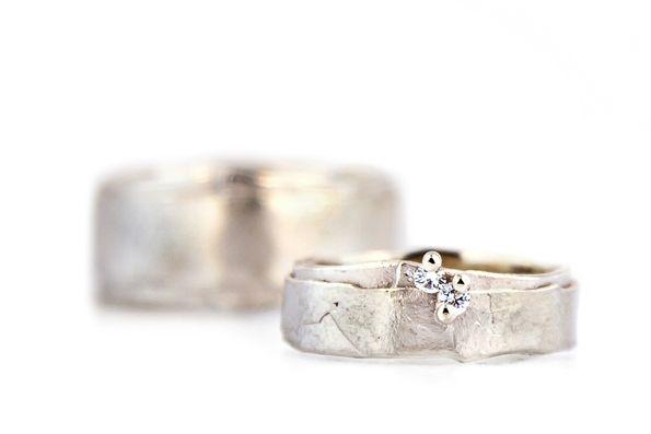 Resultaat: trouwringen in 18kt naturel wit goud, damesring gezet met 2 briljantjes.