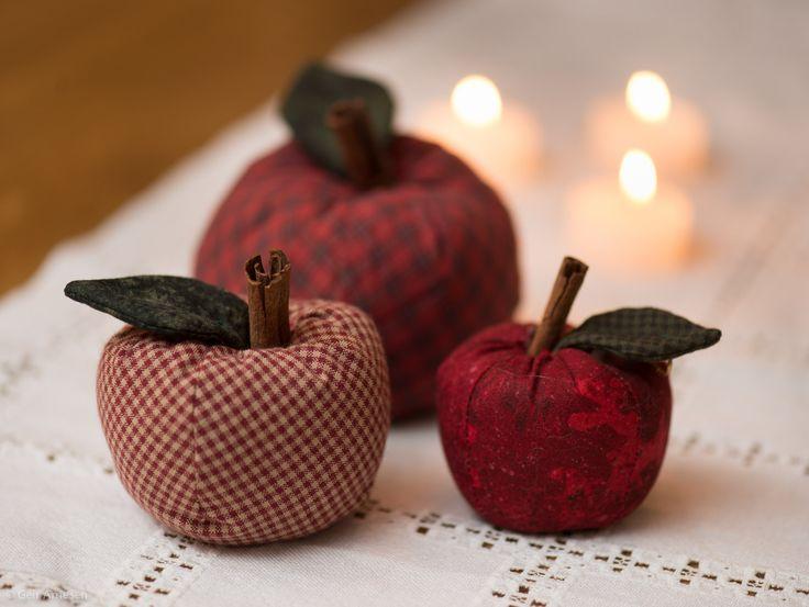 Stoffrester og avlagte klær kan klippes opp og bli til dekorative stoff-epler.