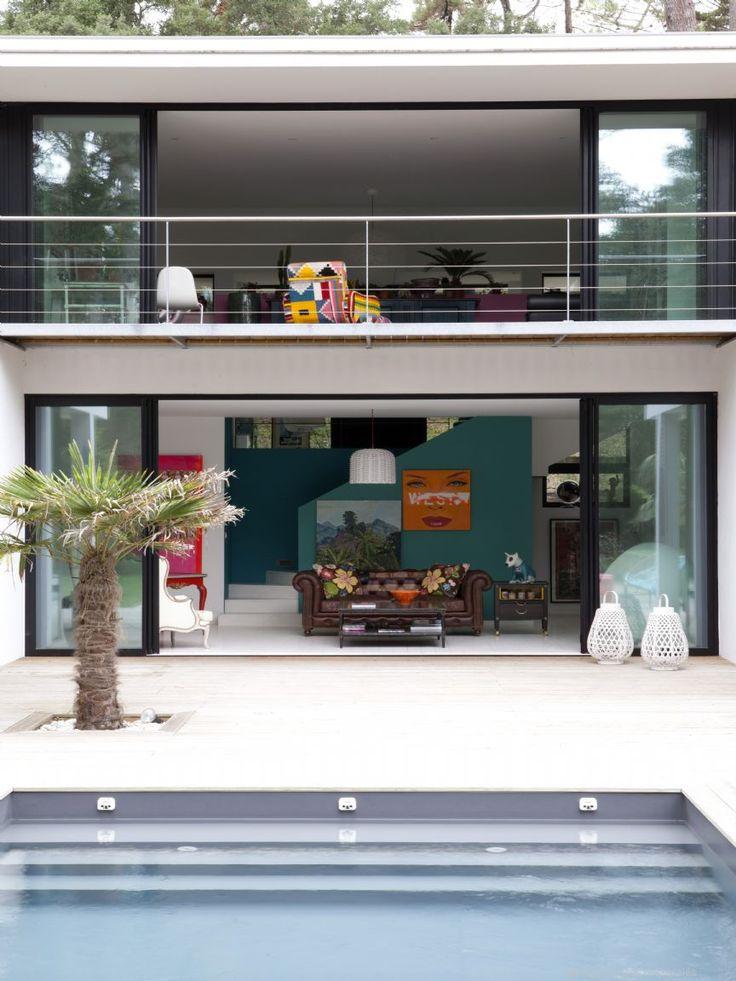Hossegor, entre lac et mer, étonnante maison contemporaine faite de verre et béton, inspirée de l'architecture californienne des années 50. De forme rectangulaire minimaliste, cette réalisation inscrite dans le paysage, offre 240m2 de grands espaces volumétriques, largement vitrés, et baignes de lumière. Le rdc tout en open space pour un mode de vie familiale, offre sur 100m² séjour, salon et cuisine aménagée. 1 chambre avec sde privée complète ce niveau. L'étage est dédié aux espaces nuit…