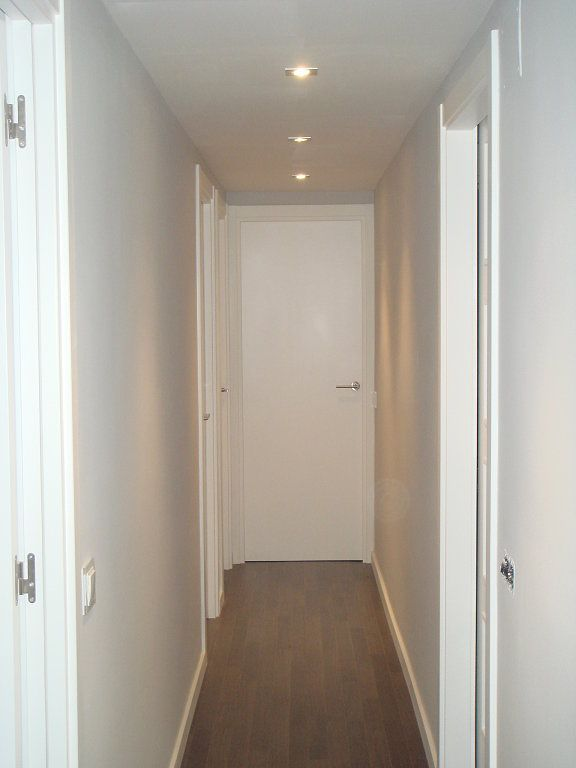 contraste puertas blancas con suelo oscuro