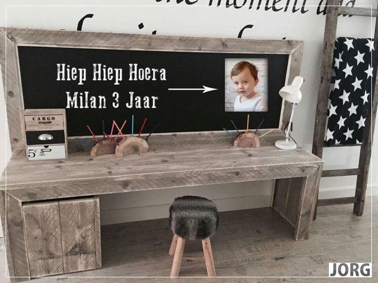 Kinderspeeltafel met krijtbord van oud of nieuw steigerhout Voorraad artikel (15420151231)