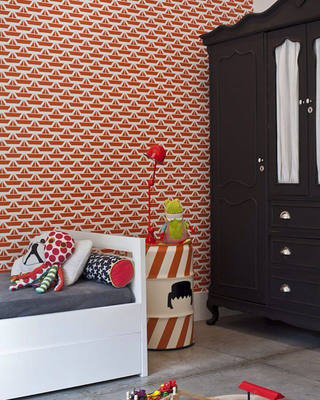 Papel de parede com estampa vermelha, armário antiguinho pintado de preto, latão playmobil da @emplacado... É o descolado quarto do Rafa, da arquiteta Barbara Filgueiras, na retrospectiva 2016. Foto @andreacvm #natocadesign #quartodecriança #kidsroom #quartoinfantil #instakids #decor #decoration #decoração #bedroom #bedroomdecor #designinfantil #kidsdesign